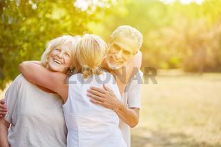 Lachende Senioren begrüßen sich im Sommer