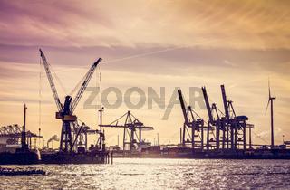 Silhouette von Container-Kränen im Hafen zu Hamburg