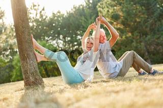 Senioren Paar im Sommer albert herum