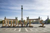 Arbeiter demontieren Schriftzug Budapest