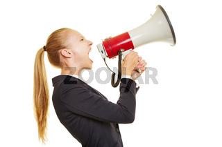 Geschäftsfrau schreit in ein Megafon