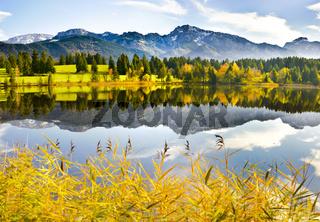 Spiegelung im Alpensee in Bayern