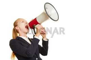 Junge Frau brüllt in ein Megafon