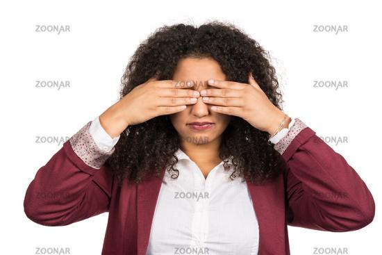 Frau verdeckt ihre Augen mit den Händen