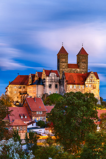 Blick auf das Schloss von Quedlinburg bei nacht