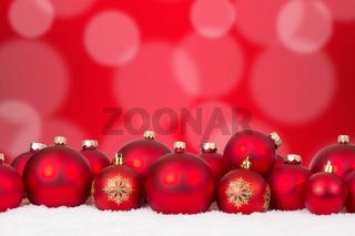 Weihnachtskarte Weihnachten viele rote Weihnachtskugeln Dekoration mit Textfreiraum