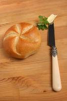 Semmel, Bäckersemmel, Semmel mit Butter, Holztisch, Brotzeit