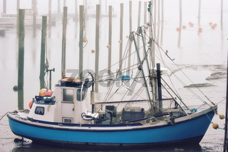 Fischerboot im Nebel