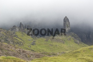 Felsnadel 'Old Man of Storr' im Nebel