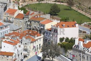 Häuser mit Dächern im Bairro Mouraria, Lissabon, Portugal