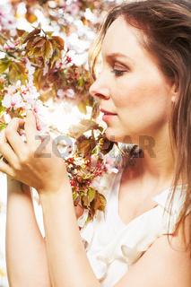 Glueck und Entspannung im Fruehling unter den Kirschblueten
