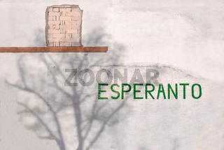 Schriftzug 'Esperanto', Baumschatten und unverputztes Mauerwerk am Berliner Esperantohaus