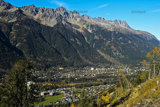 Chamonix und die Bergekette der Aiguilles Rouges, Chamonix, Savoyen, Frankreich