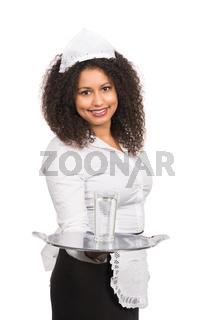Bedienung bietet ein Glas Wasser an