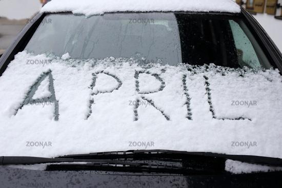 Schnee im April auf Autoscheibe