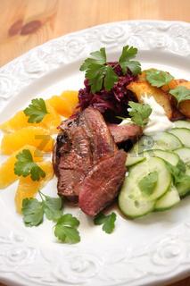 Entenbrustfilets an Rotkohl, Orangen und Salat