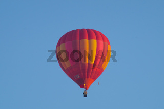 Heißluftballon am blauen Himmel
