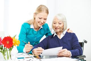 Beutreuung von Seniorin in der Familie