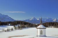 Kapelle am Hergratsrieder See im Winter mit Allgäuer Alpen, bei Füssen am Forggensee, Allgäu, Ostallgäu, Bayern, Deutschland