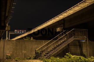 Unter der Autobahnbrücke nachts