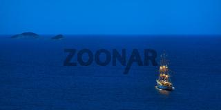 Segelschiff Dreimaster läuft am Abend aus auf hohe See bei Dubrovnik