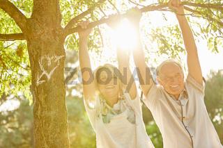 Glückliches Paar Senioren unter Baum