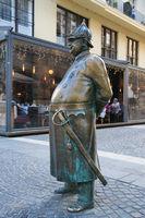 Statue eines dicken Polizisten in Budapest Ungarn