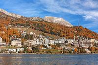St. Moritz mit St. Moritzer See in Herbst im Engadin in Graubünden, Schweiz