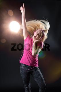 blonde frau tanzt wild im diskolicht