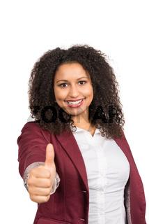 Lächelnde Frau zeigt Daumen nach oben