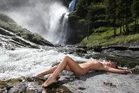 Akt am Wasserfall