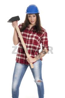 weiblicher handwerker mit schutzhelm  und vorschlaghammer