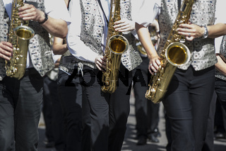 Saxophonspieler in einer Blaskapelle
