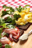 Matjes auf Pumpernickel mit Rührei, Pumpernickelbrot Rührei, Matjes und Salat