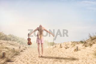 Eine junge Frau wandert in den Dünen mit ihrer Gei