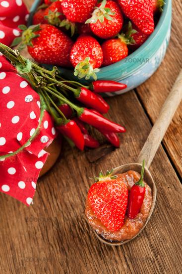Hausgemachte Marmelade aus Chili und Erdbeeren
