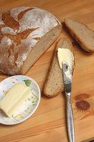 Brot vom Landbäcker mit Butter im Bauernhaus
