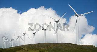 Windpark auf Hügelkette