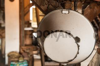 Alte Emailleschüssel auf einem Dachboden