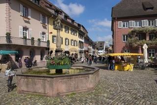 Stadtbrunnen auf dem Marktplatz in der historischen Altstadt von Staufen