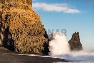 Monsterwelle am Strand von Reynisfjara Beach -Island-