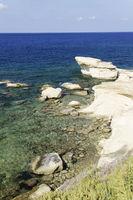 Steinige Felskueste auf Gozo, Malta