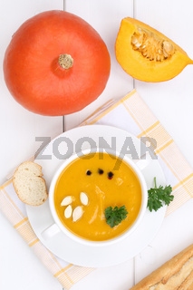 Kürbissuppe Kürbis frische Suppe Kürbiscremesuppe in Suppentasse von oben