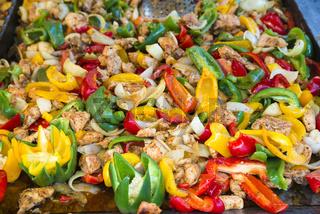 Pfanne mit Fleisch und Paprika