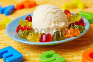 Vanilleeis mit Gummibärchen