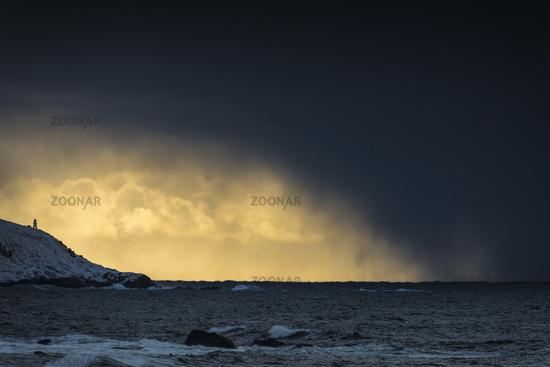 Schneeschauer ueber dem Atlantik, Vestvagoy, Lofoten, Norwegen