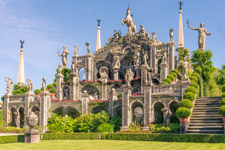 'Isolabella' garden and baroque statues
