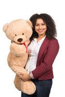 Frau hält einen Teddy
