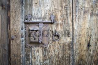 Altes Türschloss an einer Holztür