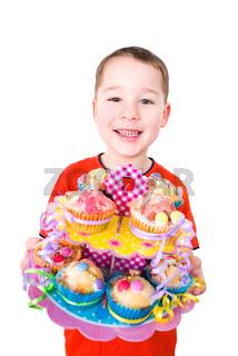 Kleiner Junge mit bunten Muffins
